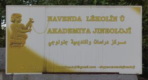 Schild am Eingang der Frauenakademoe in Dêrik