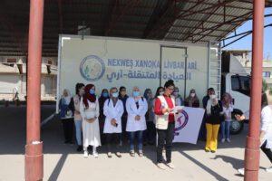 Die Mitarbeiterinnen der Mobilen Klinik vor dem Fahrzeug